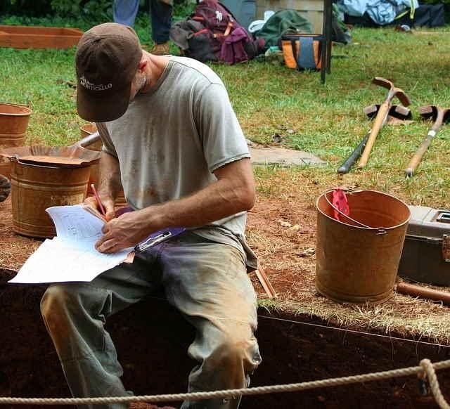 Archeologo al Lavoro in uno scavo