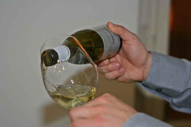 Sommelier che versa il vino
